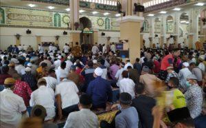 sholat jumat di masjid agung gorontalo